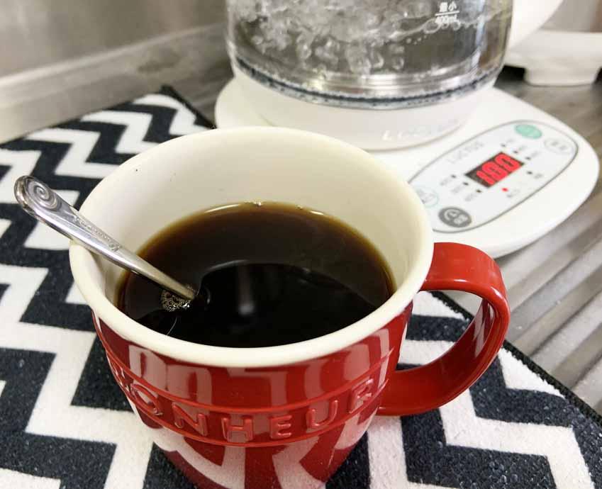 プラスチックコップに熱湯でコーヒーを入れてみた